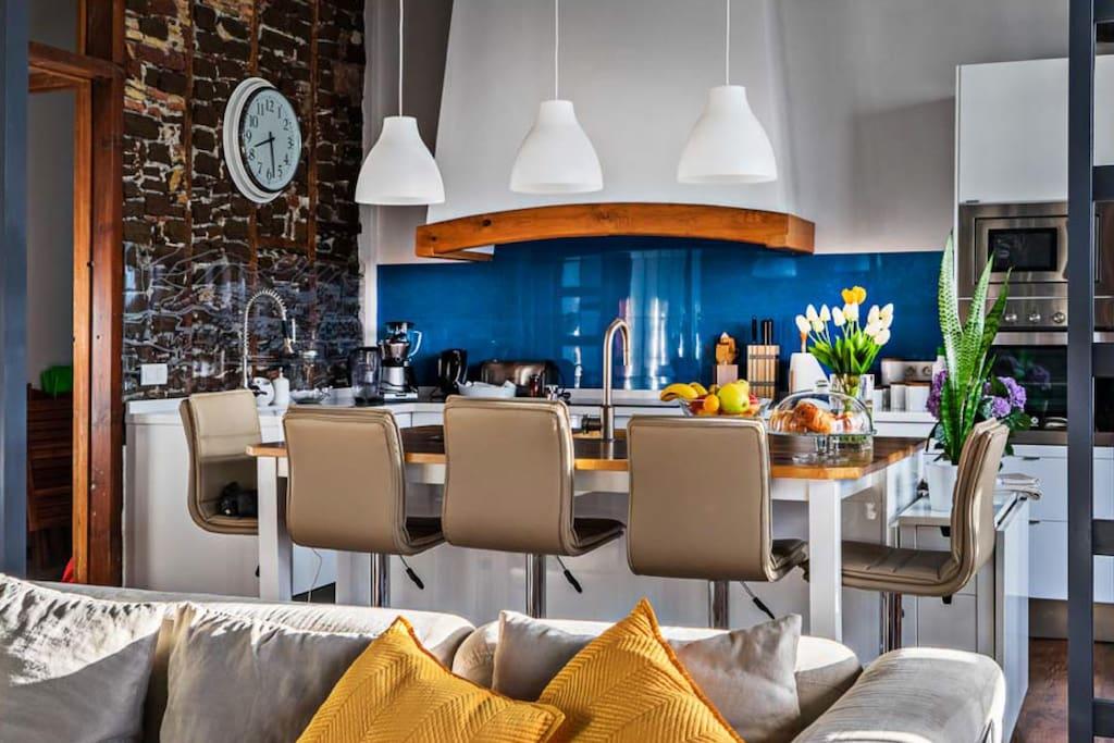 ...dando visibilidad a los materiales constructivos del siglo XVIII y XIX pero equipada como un moderno apartamento de lujo