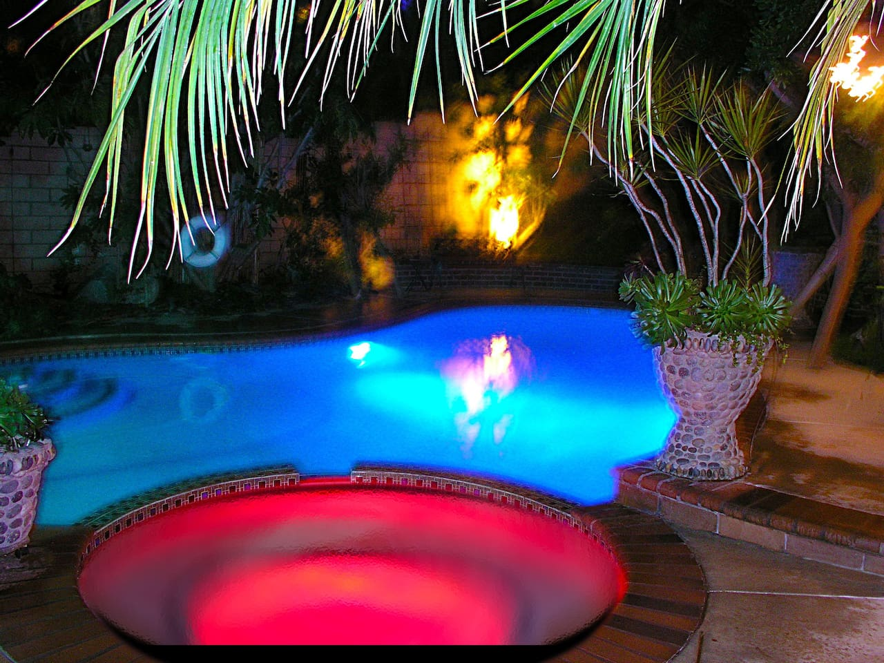Private pool and jacuzzi available day and night.