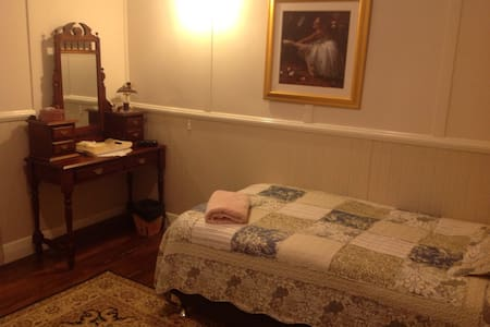 Comfortable King Single Bedroom - Stroud - Bed & Breakfast