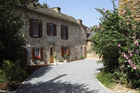 LARGE 5 BED FARMHOUSE IN LOVELY RURAL AREA - La Bastide-l'Évêque - Huis