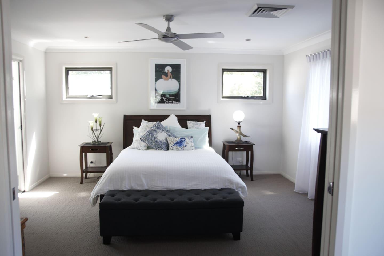 Master Bedroom: Queen bed, 1000 thread count linen, tv/dvd, ensuite with bath and walk in robe