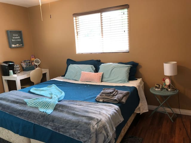 Private room •King bed •AC •Close to everything!