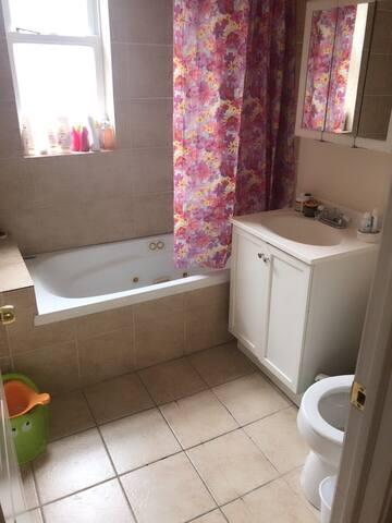 Roger park  Queen  Bed with bathroom