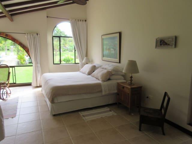 La habitación principal con una cama King size. Tiene vista hacia la piscina y los jardines. Está ubicada en el segundo piso.