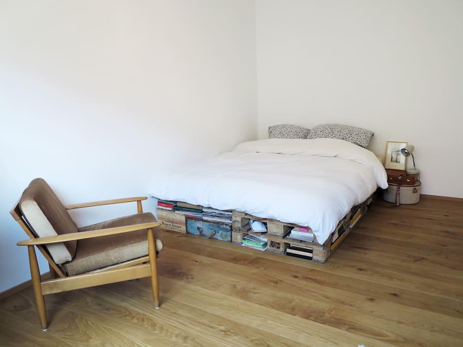 Gästezimmer mit Sitzmöglichkeit / guest room with lounge