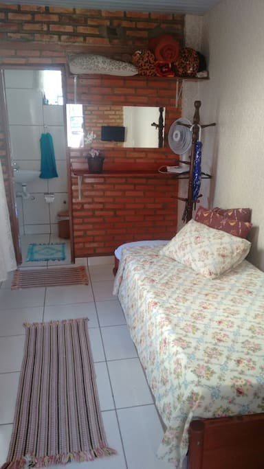Quarto -sala com bicama e uma mesa para trabalho