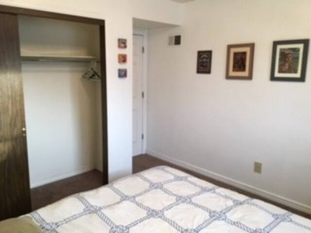 Queen bed in artist's apartment - Wheat Ridge - Appartement