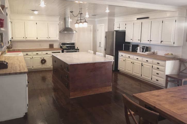Spacious and Elegant Lytle Area Home, Sleeps 8+ - Abilene