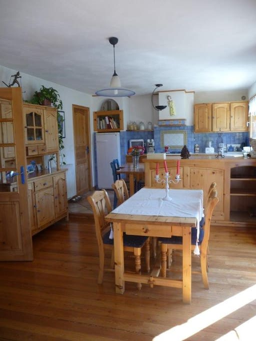 Salle à manger, cuisine toute équipee, vue sur les montagnes, cellier (Espace rangement, lave linge, planche à repasser)
