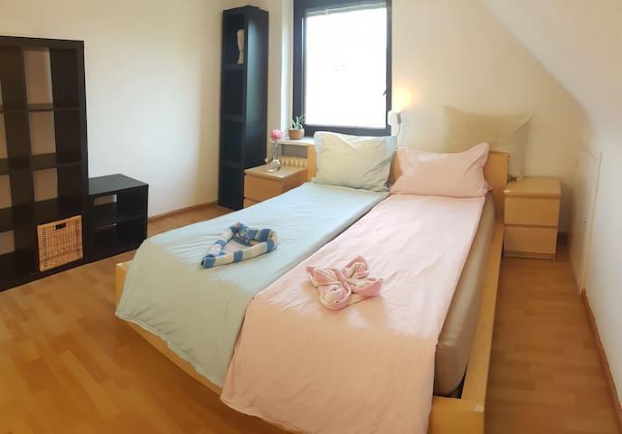 Zimmer 2 in Haus, (fast) privat Bad, 30 min zu Hbf