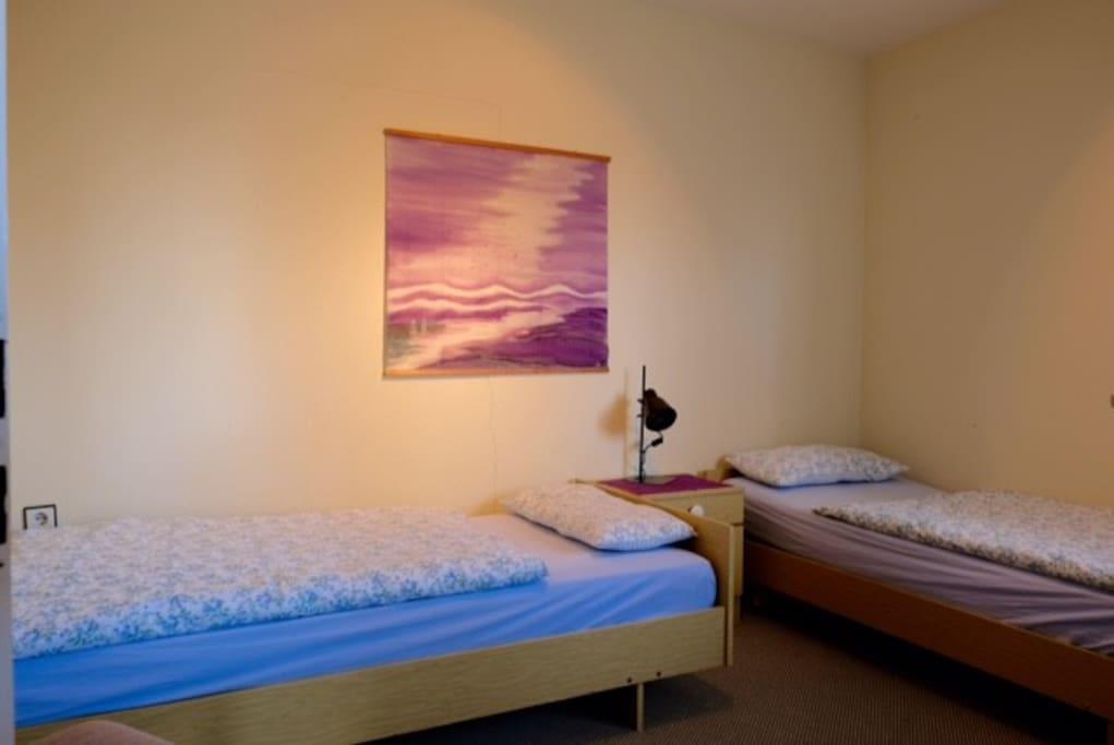 Schlafzimmer mit 2 Einzelbetten, diese können auf Wunsch zusammen gestellt werden.