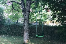 Le jardin, une balancoire