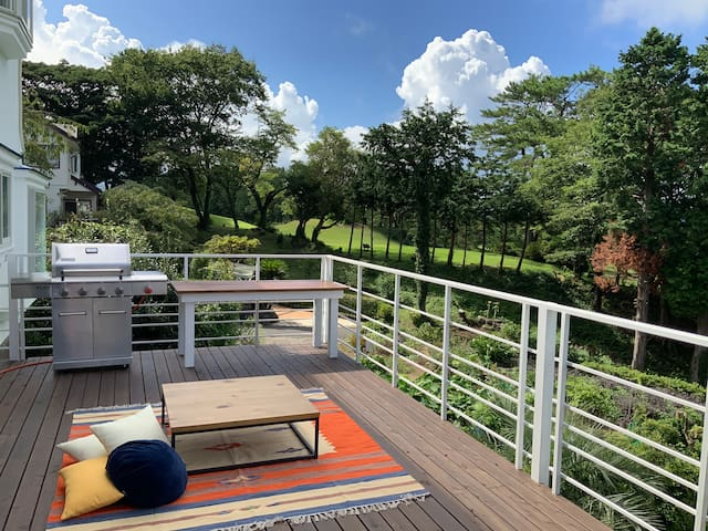 ゴルフ場目の前、40平米超ウッドデッキ、温泉つき眺めのいい伊豆高原別荘、シャボテン公園徒歩5分