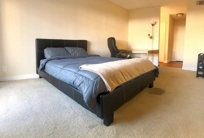Private Room w/balcony in Sherman Oaks!