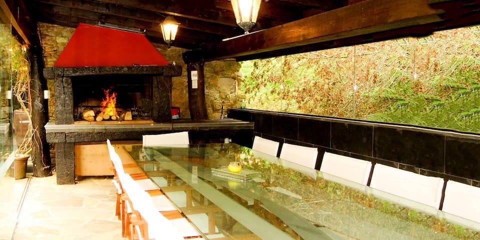 Barbacoa de Leña con comedor para 12-14 comensales. Anexos cubiertos. Exterior.  A Pontiga   Casa Rural