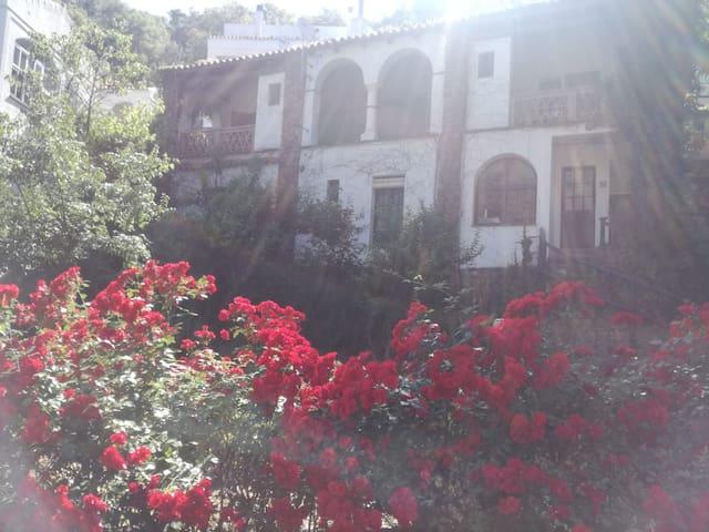 Casita con chimenea y terraza en  entorno natural