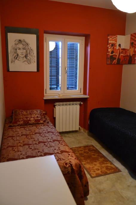 Camera Rossa, che può ospitare dalle 2 alla 4 persone, predisponendo 2 letti a castello.