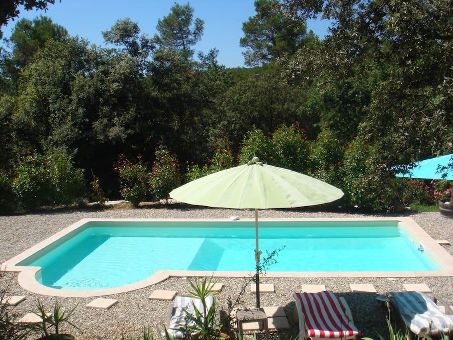 PISCINE SUD AVEC PLAGE  BAINS SOLEIL PARASOLS, accès   vacanciers