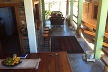 Cozinha com janelões para os ambientes da varanda que inclui a sala de jantar.