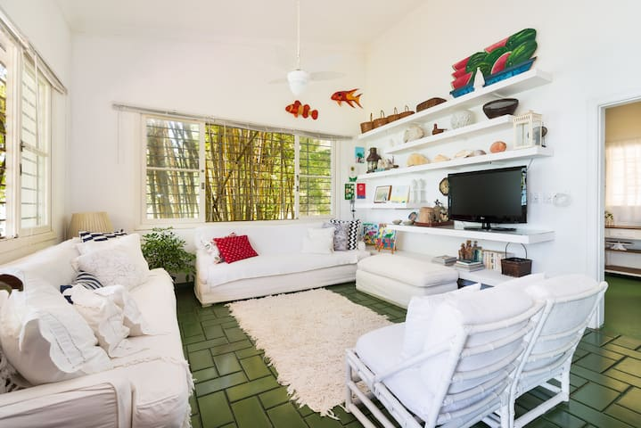 Sala de estar confortavel , clara e arejada. ideal para ler e descansar.