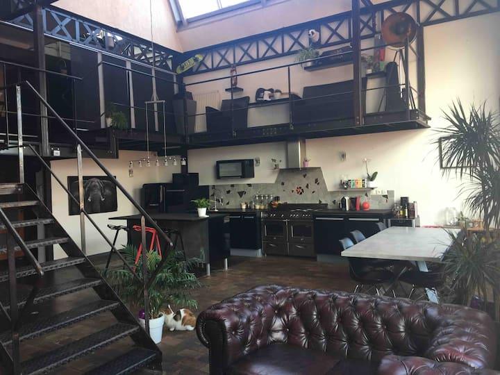 Chambre dans un loft industriel en centre ville