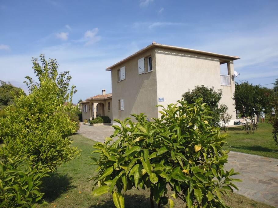 Zufahrt und Hauseingang von Miramonte