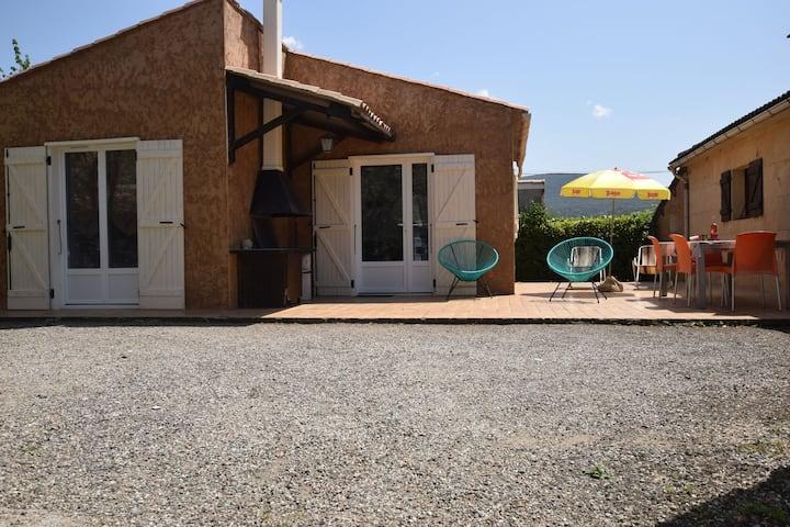 Gemütliches Ferienhaus mit Terrasse in Lagorce, Ardeche
