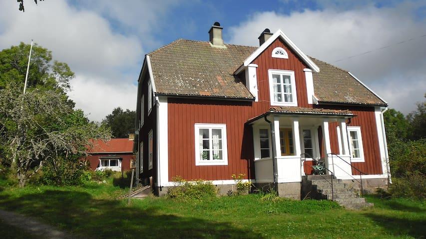 Bo på lantgård närra en å i Småland - Högsby S - Huis