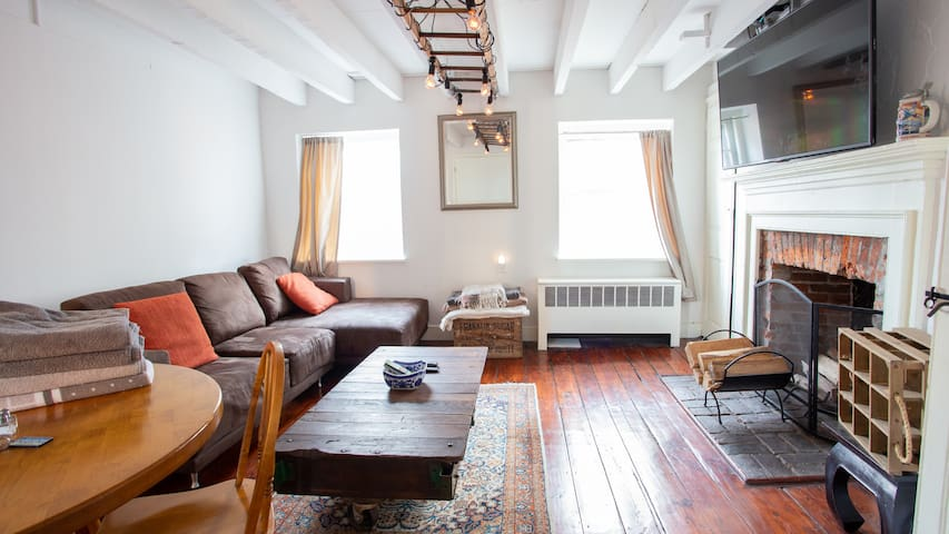 2 br Old City hideaway on Elfreths Alley