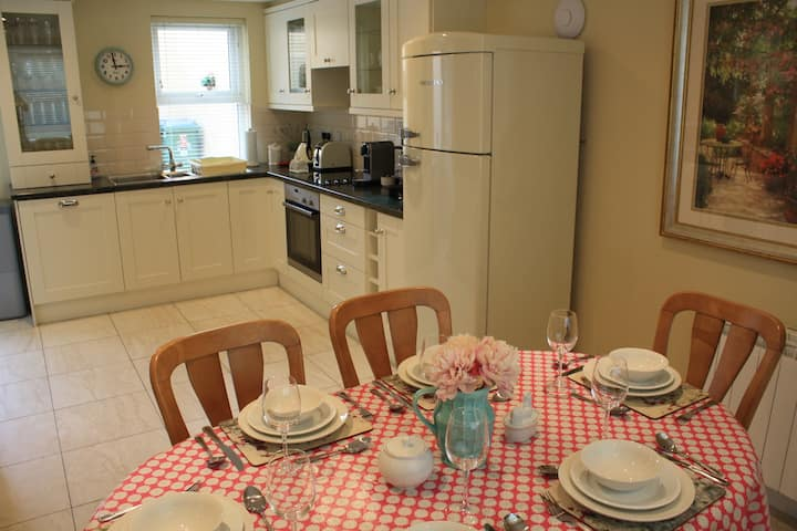3 minute walk town centre. Free Parking/Wifi - BBQ