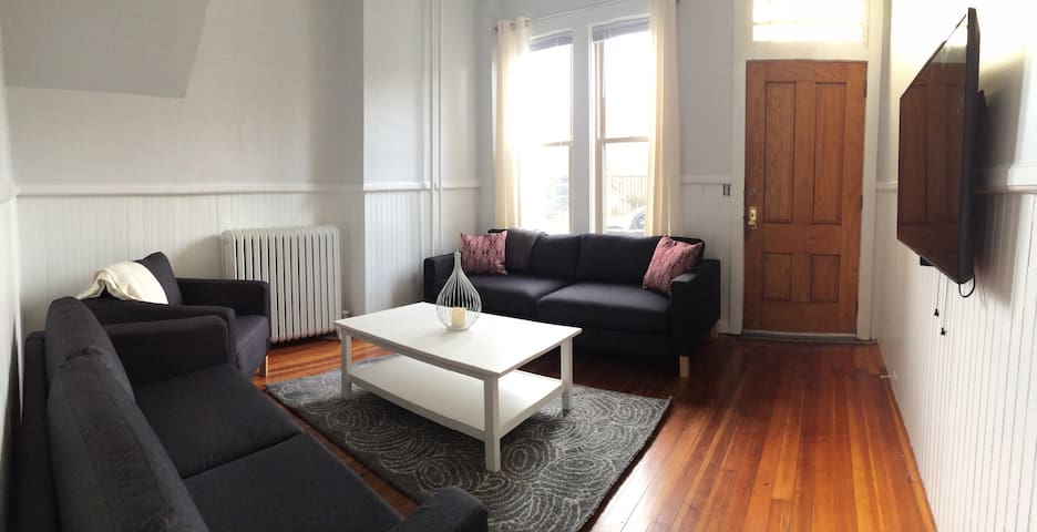 Modern 2 Bed Condo Steps to Historic Attractions
