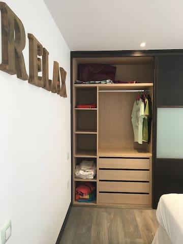 Bonito dormitorio con gran capacidad de almacenaje / Nice bedroom with great storage capacity.