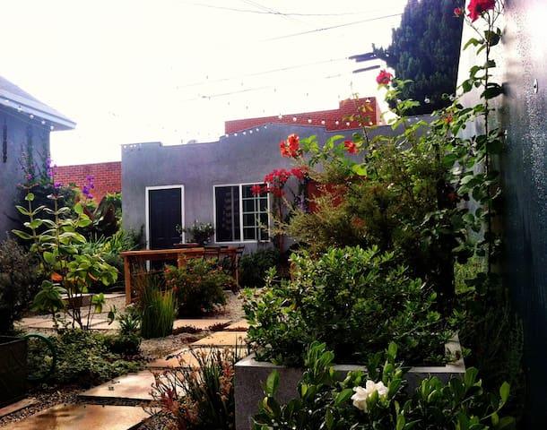 Bright+Peaceful Garden Bungalow - Culver City - Hus