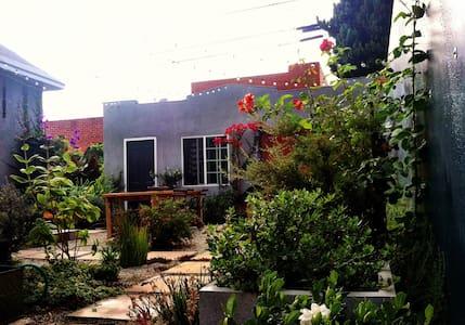 Bright+Peaceful Garden Bungalow - Culver City - Ház