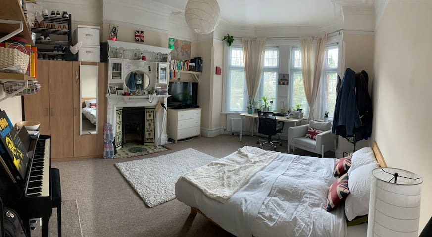Cosy, spacious double room in Victorian terrace