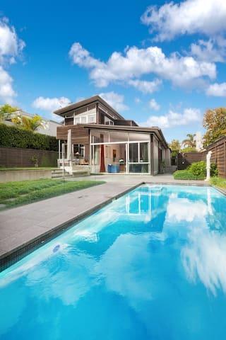 Sunny modern home with pool - Auckland - Casa
