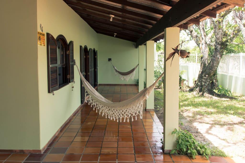 Varanda frontal - com redes. Front porch - with hammocks.