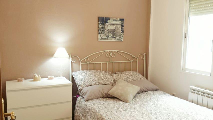 Doble pequeña con cama cómoda y detallitos / Small double room thoughtfully furnished