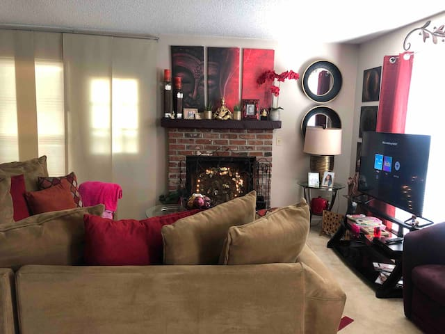 Beautiful large  private room/bath near airport.