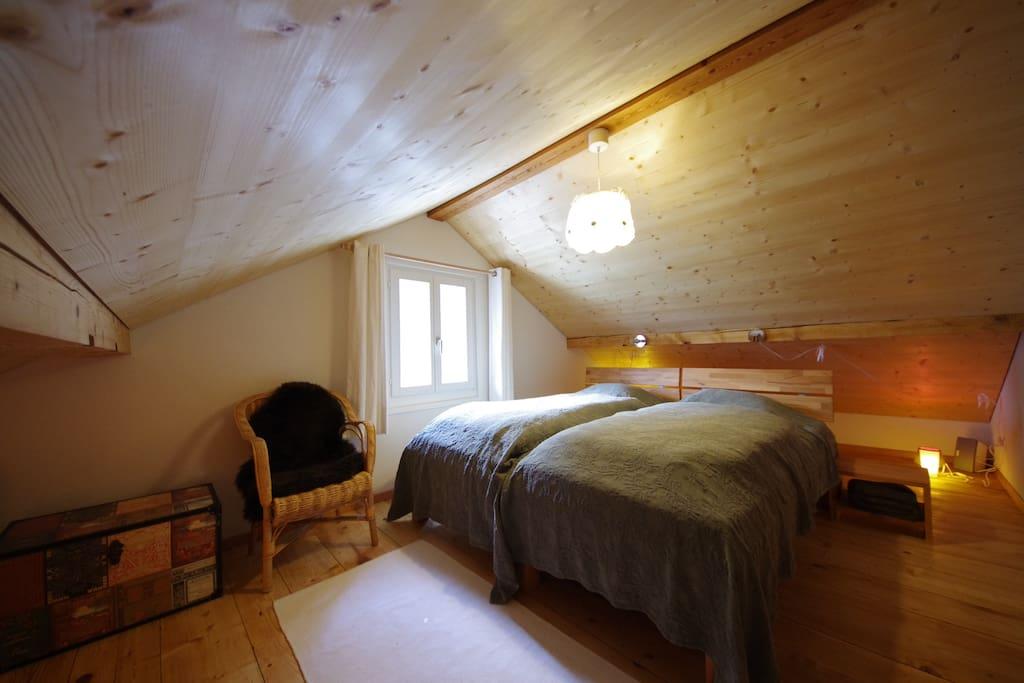 Gemütliches Dachzimmer mit Blick ins Sernftal