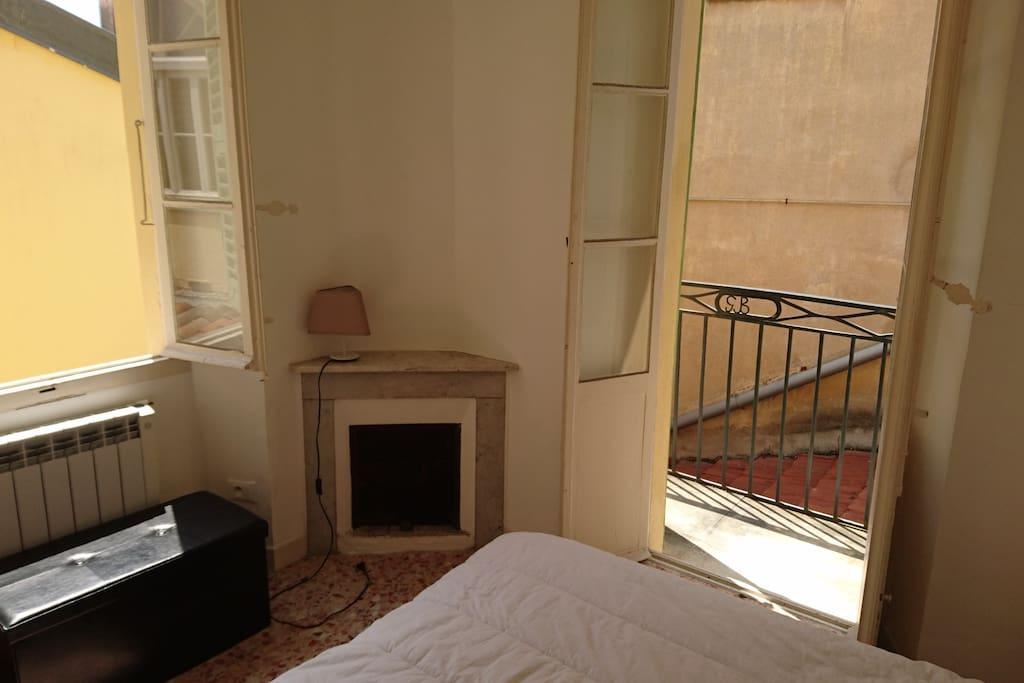 belle chambre pour deux personnes avec petit balcon