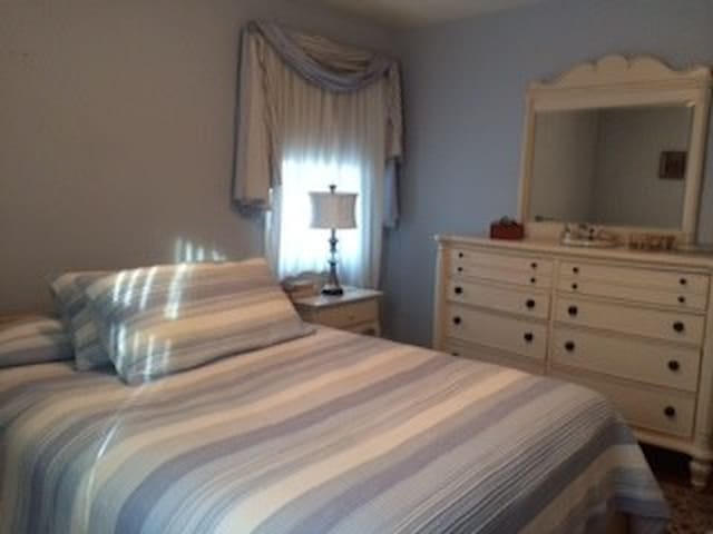 Bedroom/bath in quiet home - Towson - Dom