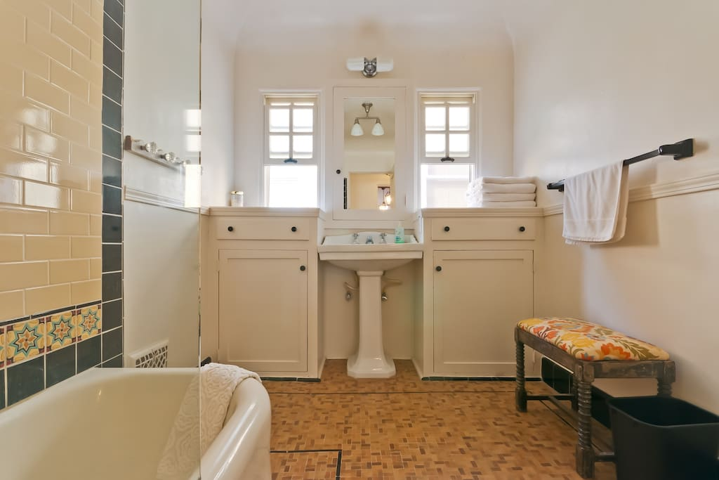 Shared bathroom between Spanish and California rooms