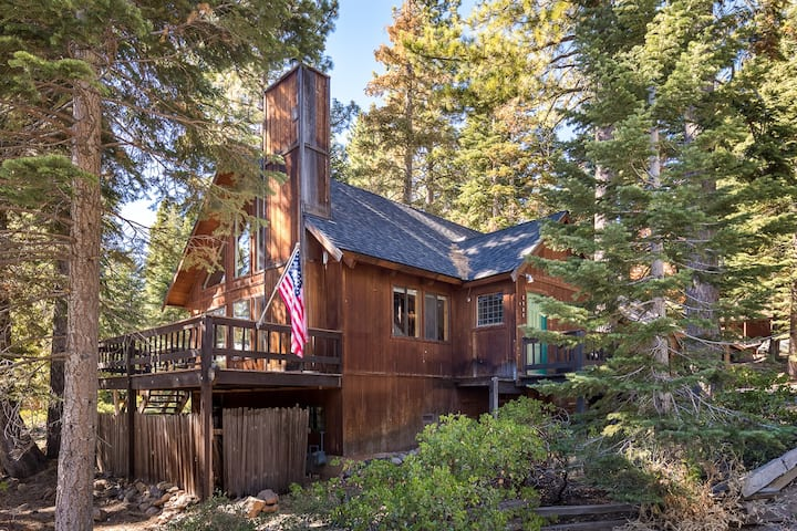 Woodsy  Tahoe Cabin with Fireplace, Full Kitchen