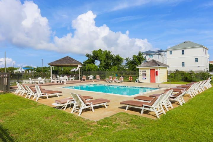 SDV310* Call Me The Breeze* 3 min walk to beach access*Pet Friendly*Community Pool*