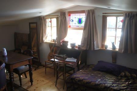 Quirky loft room with en-suite - Bowden
