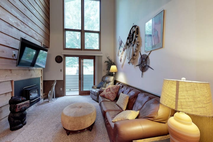 Relax in mountain view condo w/ nordic skiing, tubing nearby