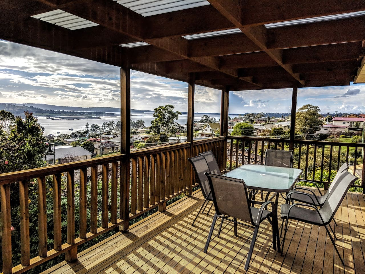 Idas Retreat boasts spectacular views over Georges Bay, St Helens. The large outdoor deck and setting is perfect for easing you into that relaxed holiday feel.