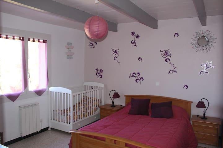 Chambre prune : un lit double et un lit bébé