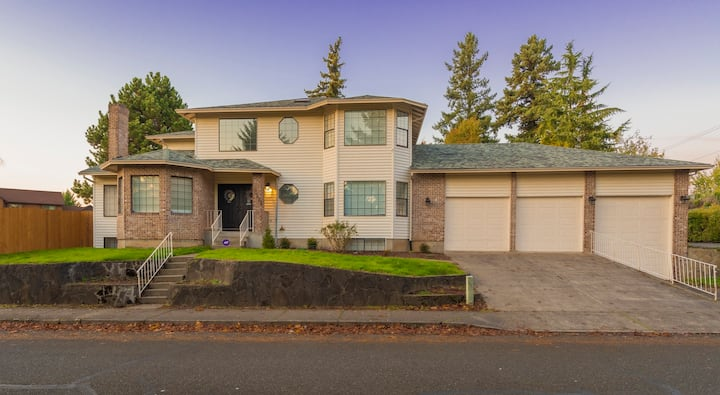 Spacious 5,000+ sq ft house, Close to PDX Airport